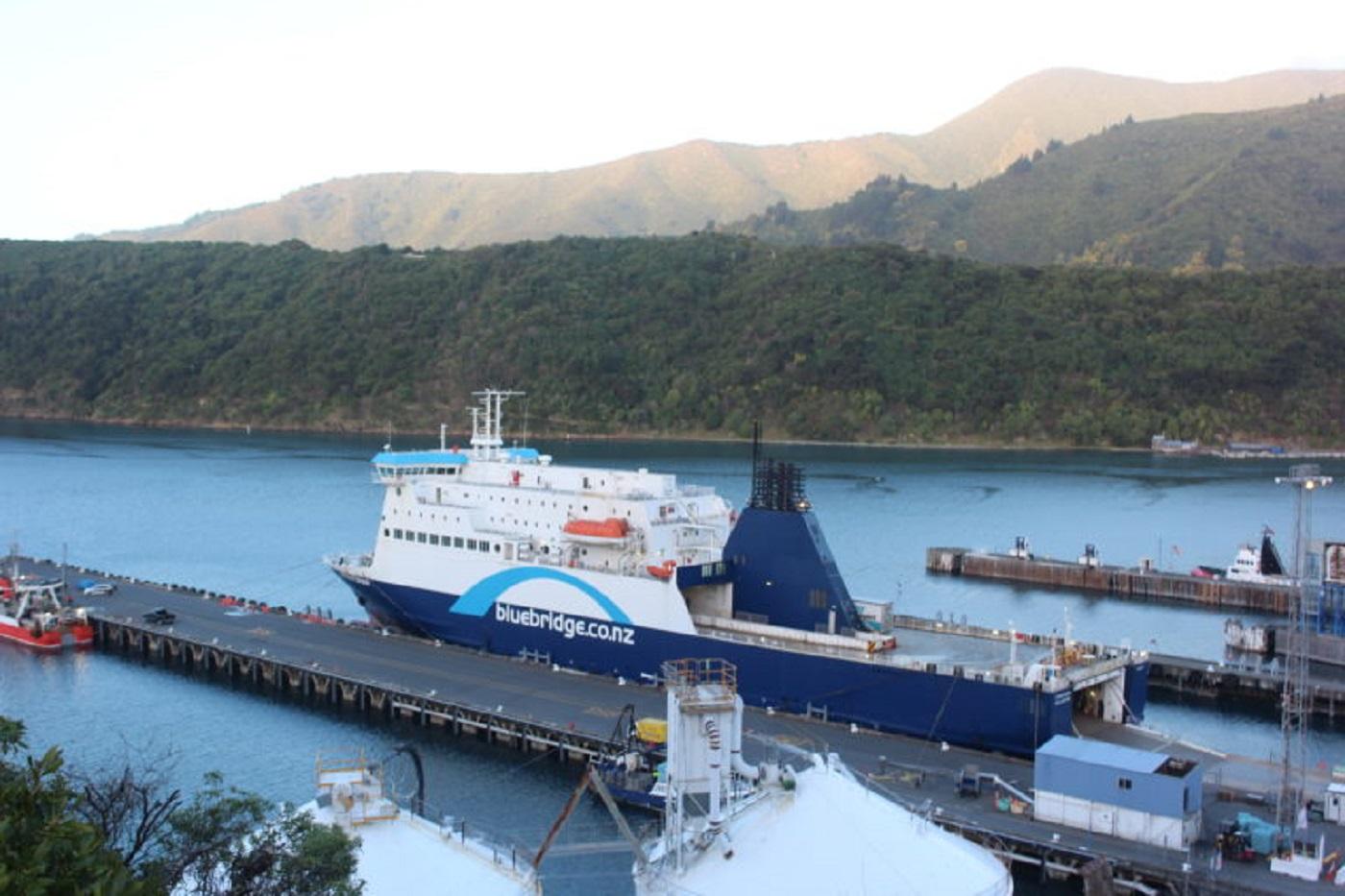 Ferry que liga Ilha norte com a Ilha Sula (Foto: Tati Sisti)
