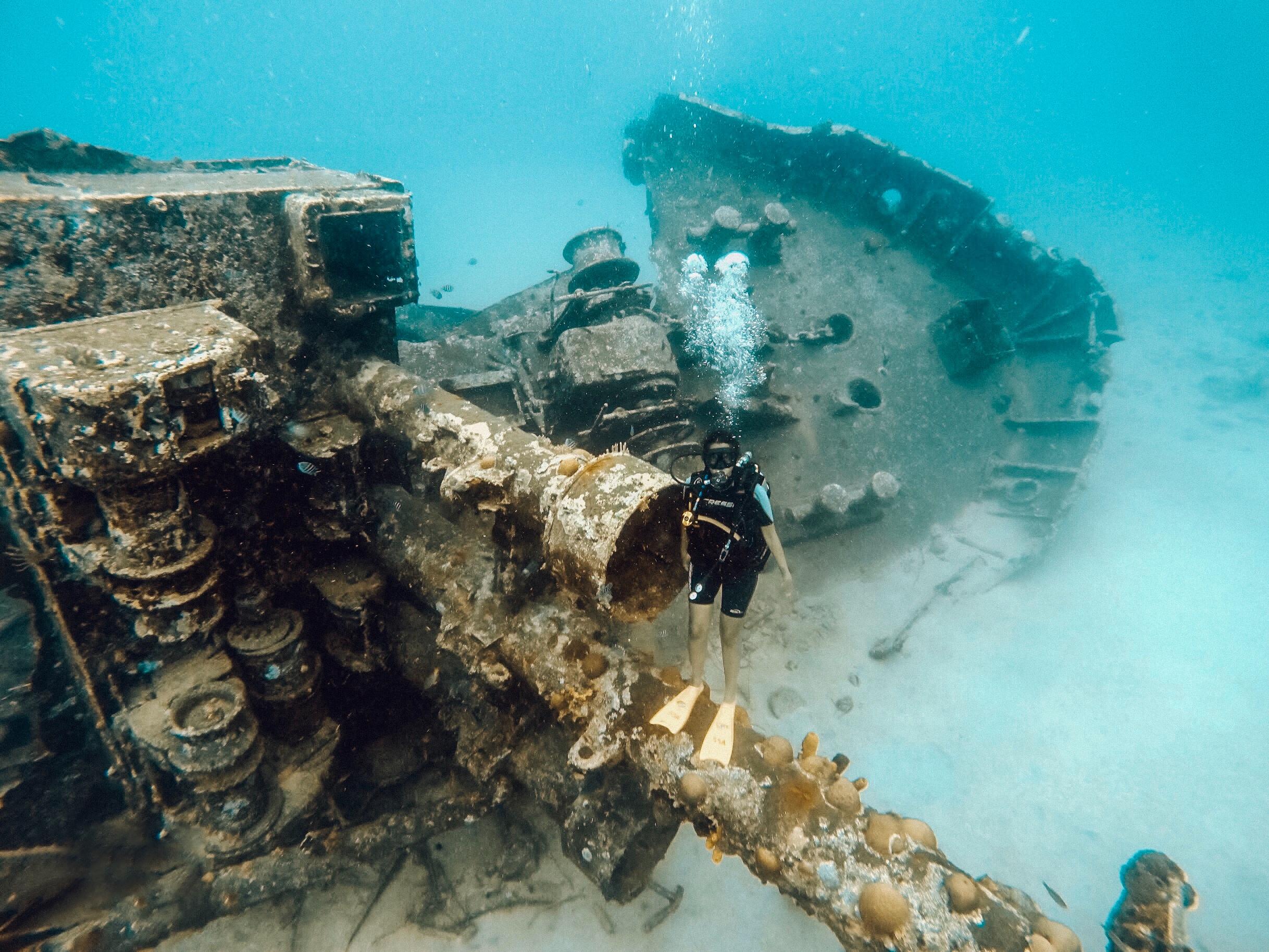 Mergulho de cilindro no barco naufragado, em San Andrés (Foto: Gabriel Bester)