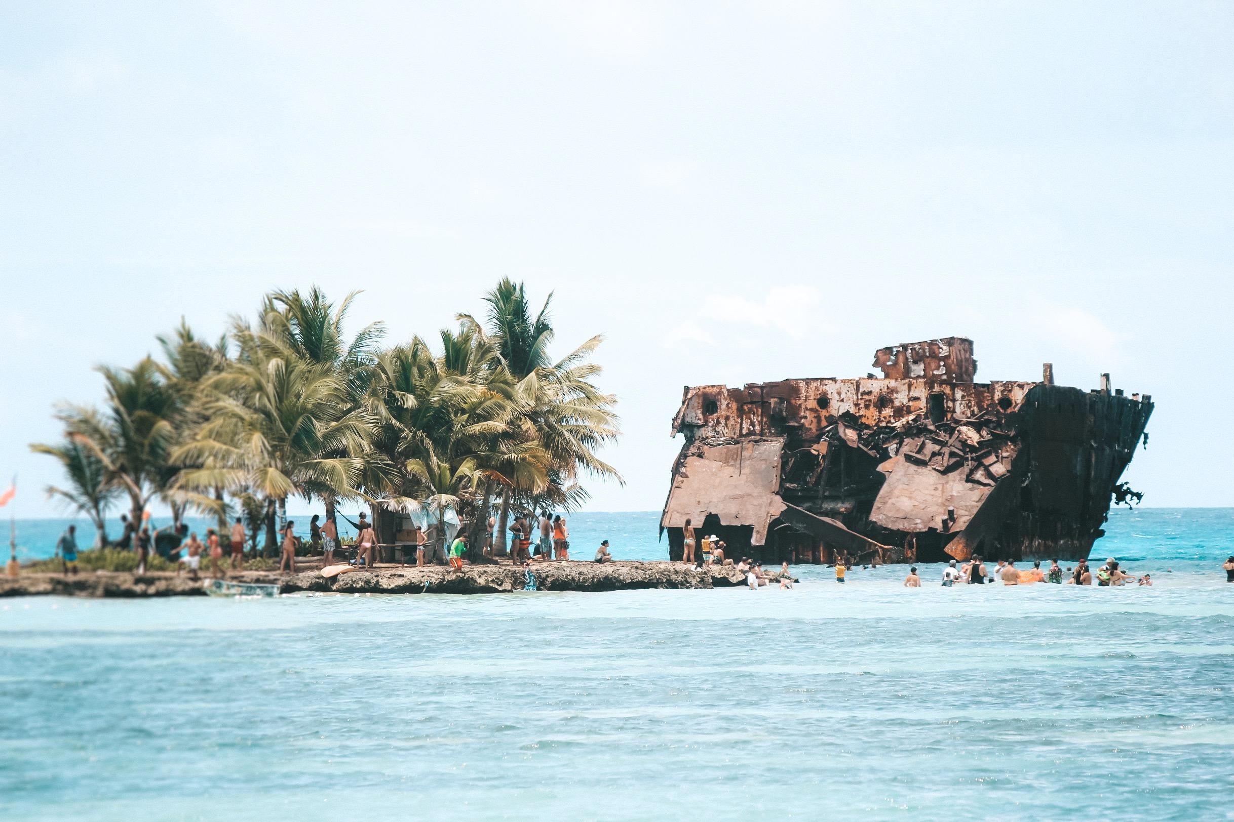 Navio encalhado em Rocky Cay (Foto: Tati Sisti)