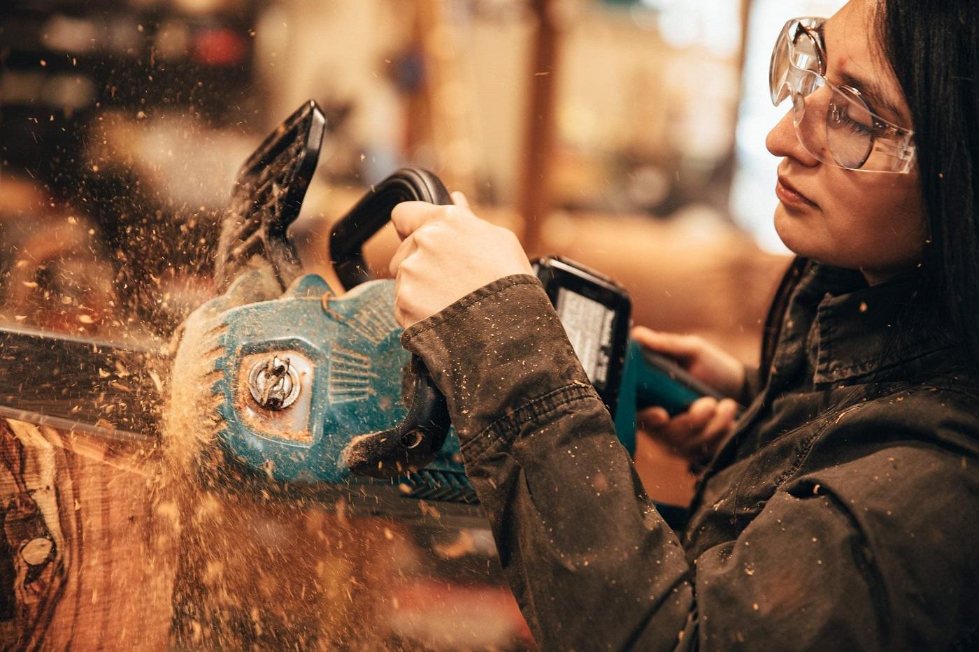 Esculpindo com uma serra elétrica(Foto: Divulgação)