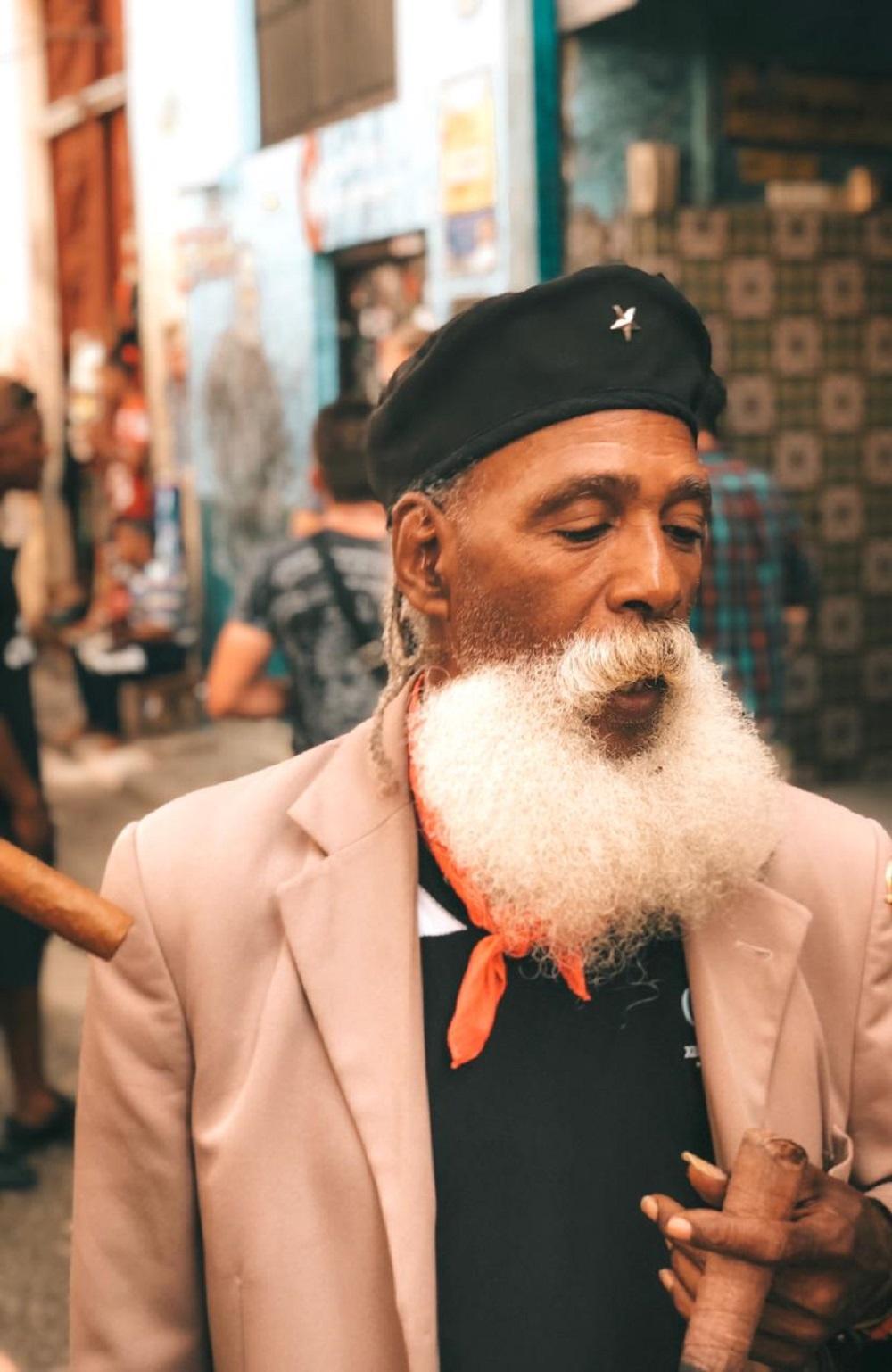 Cubano com trajes típicos (Foto: Tati Sisti)