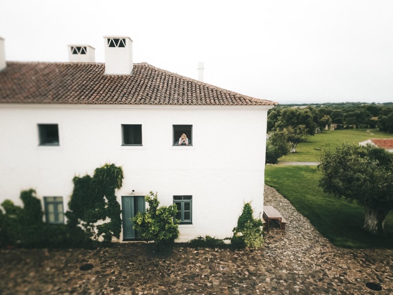 Na foto, Lala Rebelo em uma das janelas da nossa casinha (Foto: Trip To Follow)