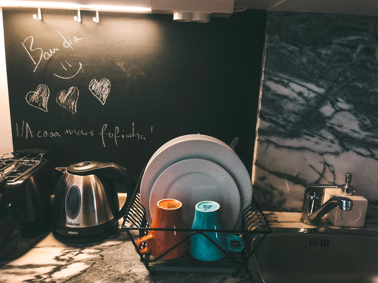 Detalhes da cozinha da nossa casa do Airbnb em Lisboa (Foto: Trip To Follow)