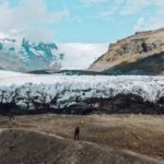 Nos pés da geleira Vatnajökull, maior massa de gelo da Europa (Foto: Trip To Follow)