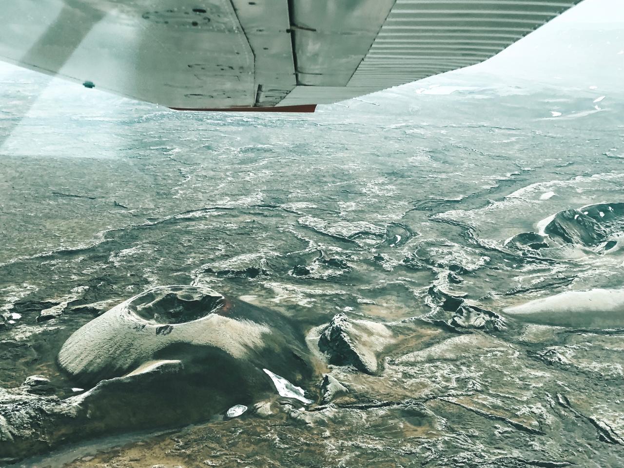 Vista do alto de crateras vulcânicas da região durante um sobrevoo de monomotor (Foto: Trip To Follow)