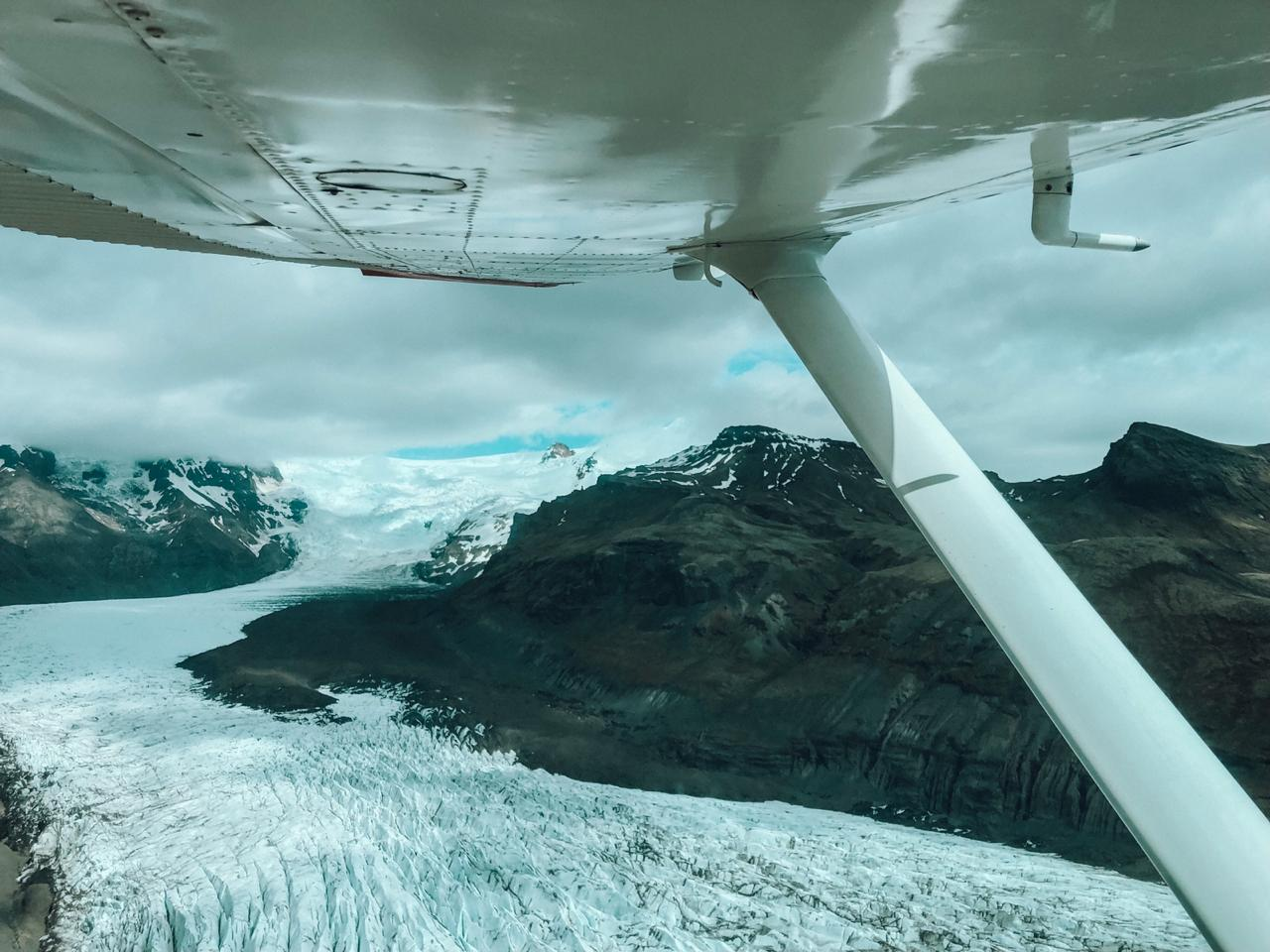 Vista do alto da geleira durante um sobrevoo de monomotor (Foto: Trip To Follow)