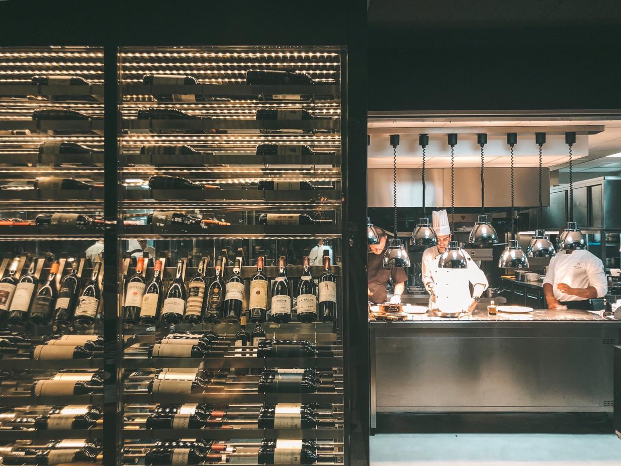 Adega e cozinha do SUD Lisboa (Foto: Trip To Follow)