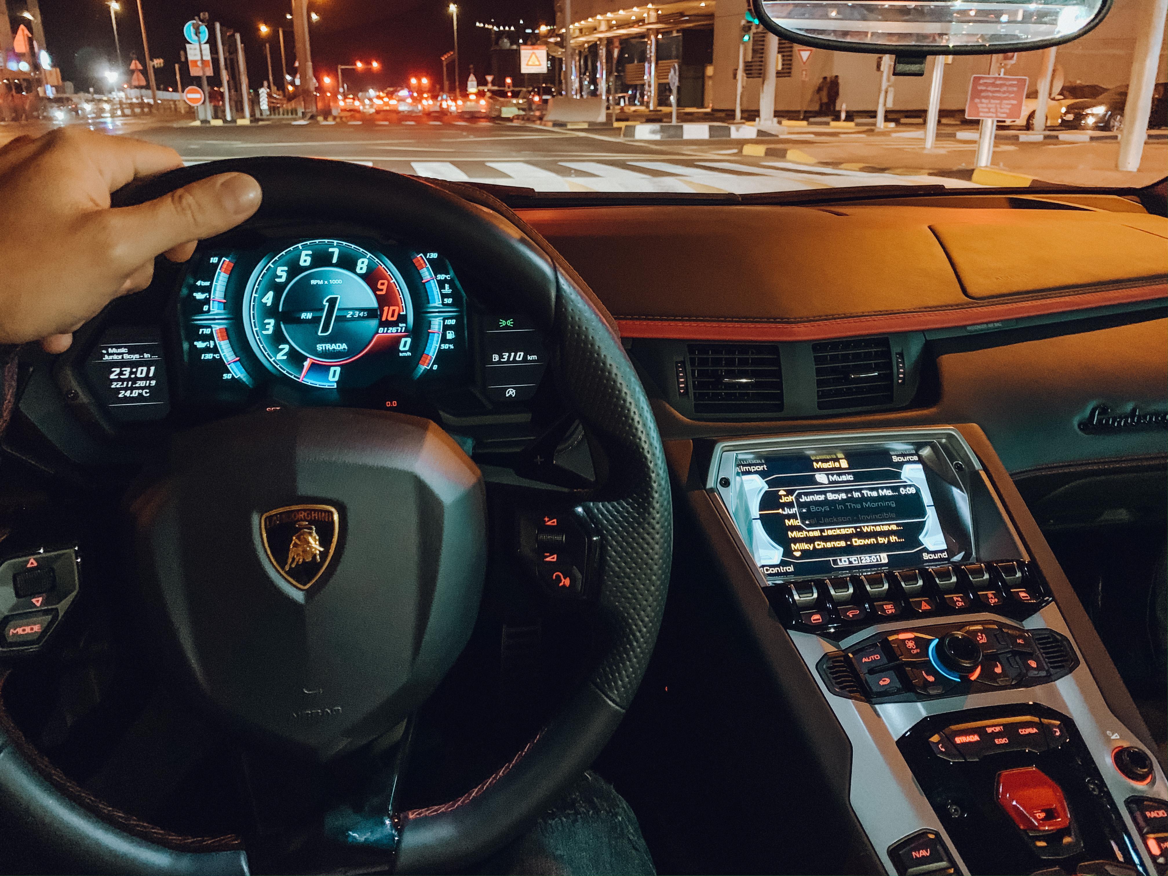 Interior da Lamborghini (Foto: Trip To Follow)