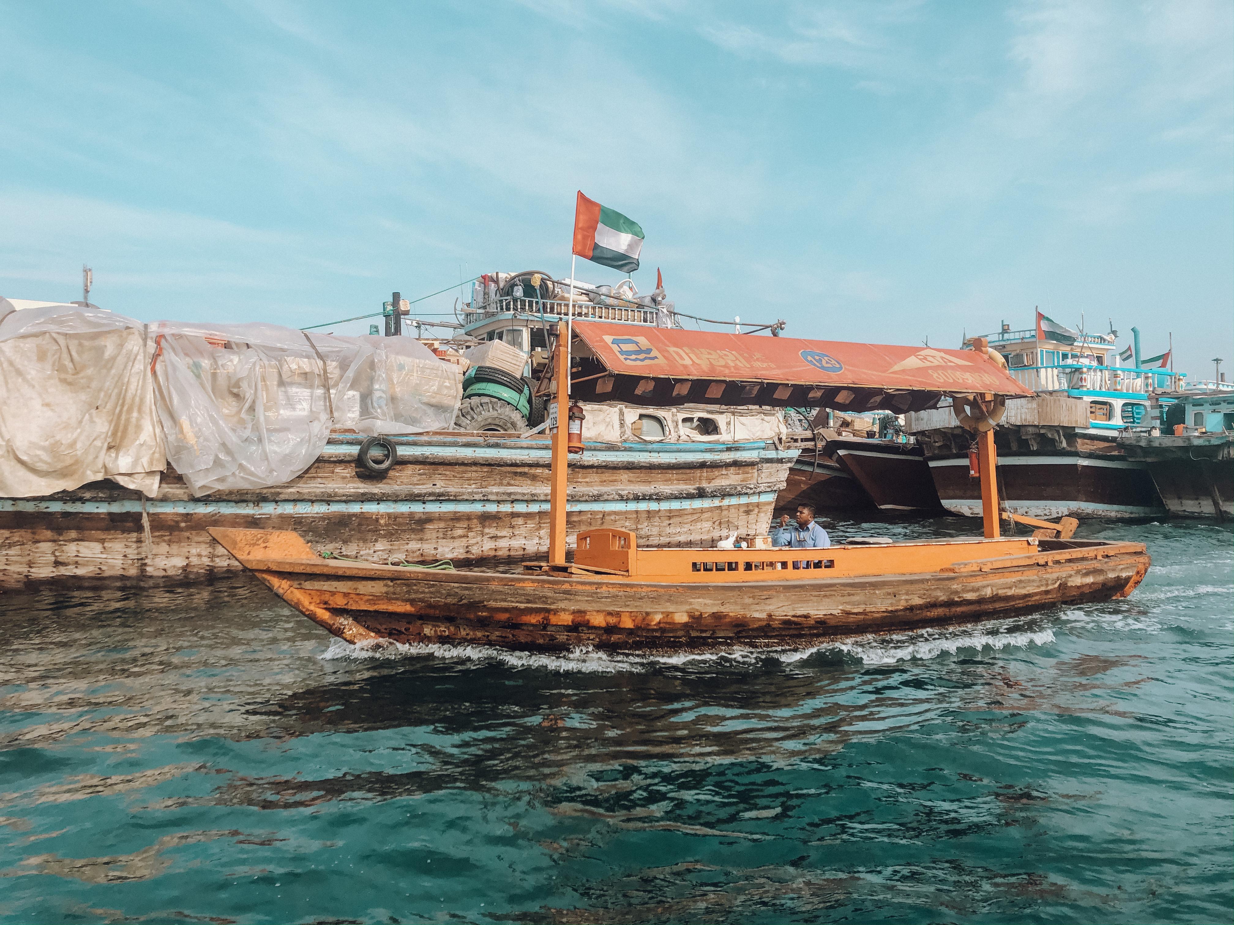 Um dos barquinhos que nos levam para os souks tradicionais (Foto: Trip To Follow)