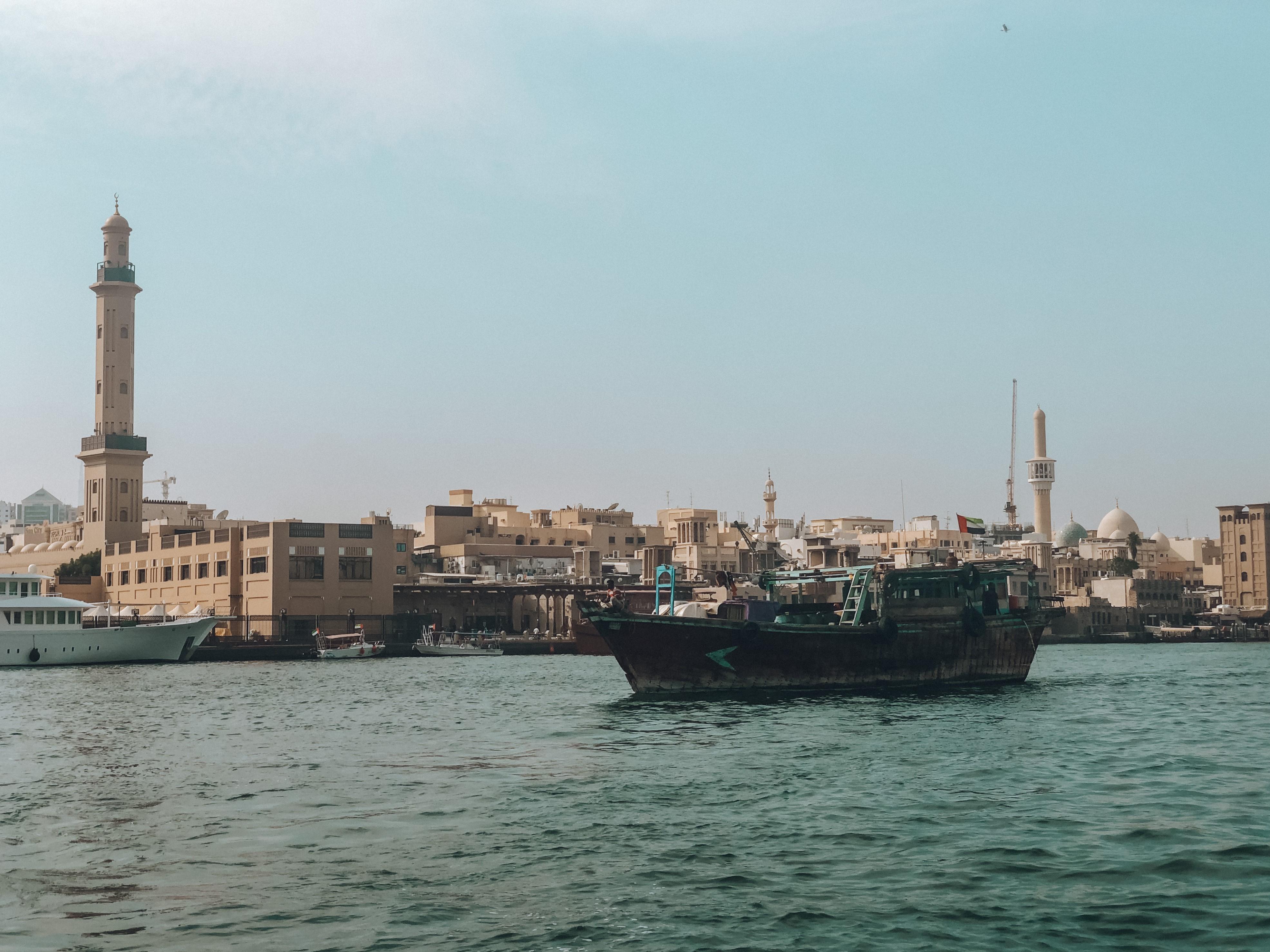 Passeio em um Abra, barco típico nos Emirados Árabes (Foto: Trip To Follow)