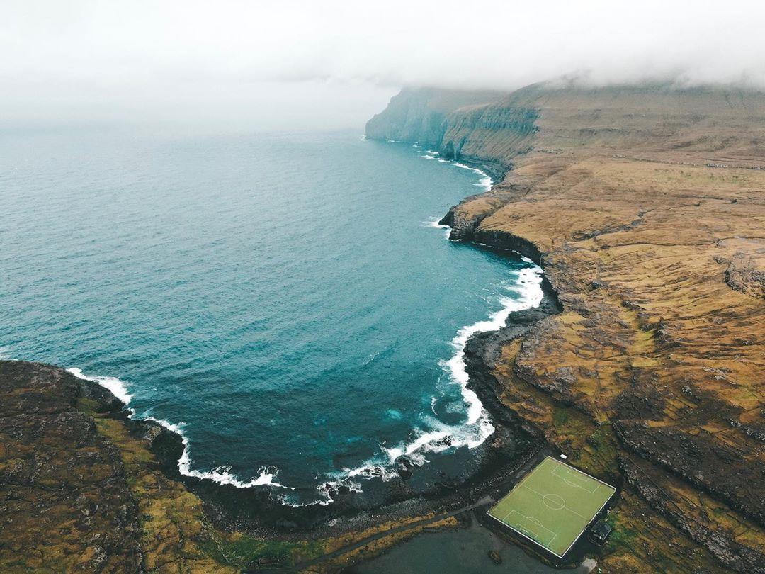 Campo de futebol em Eiði, Faroe Islands (Foto: Trip To Follow)