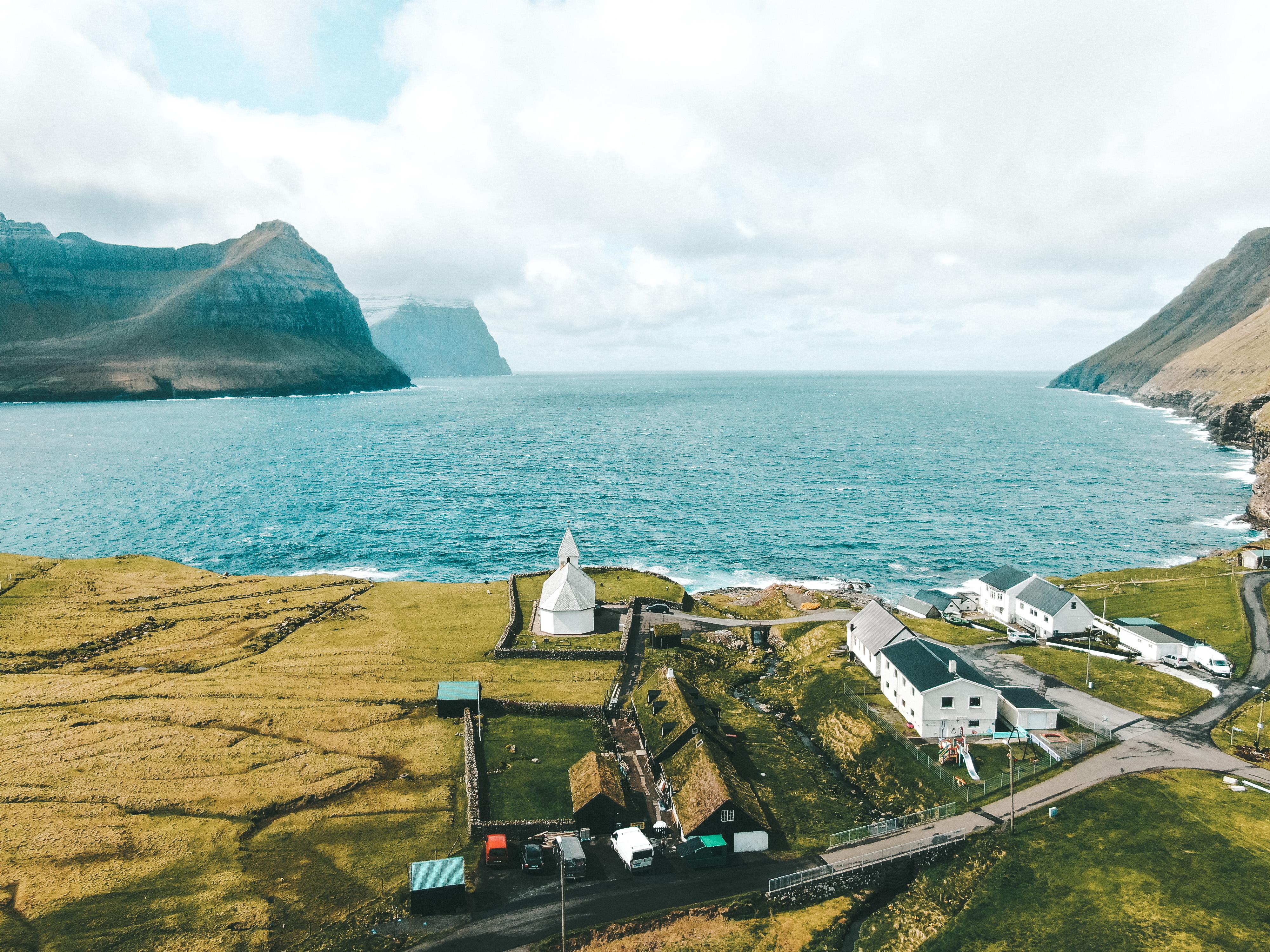 Uma das aldeias com igreja em Faroe Islands (Foto: Trip To Follow)