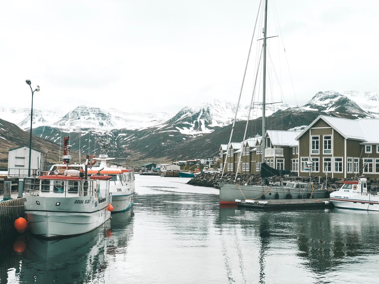 Vilarejo Siglufjörður, na Islândia (Foto: Trip To Follow)