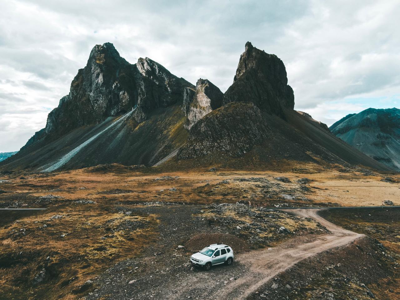 Estrada próxima da cidade Djupivogur, na Islândia (foto: Trip To Follow)