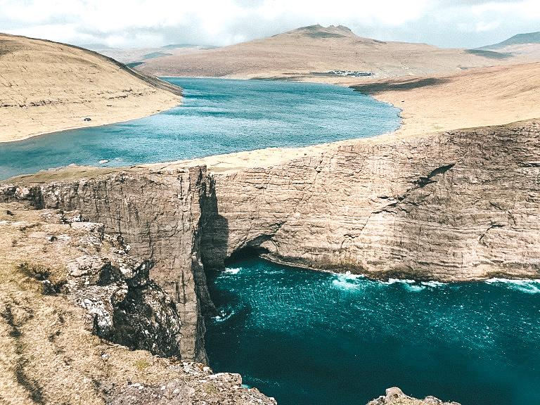 Trælanípa, uma falésia onde essa composição do lago Leitisvatn, se forma com o mar (Foto: Trip To Follow)