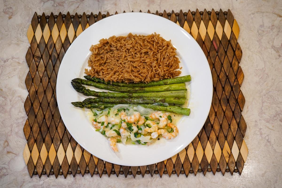 Camarão ao molho de limão com arroz de café e aspargos (Foto: Emílio Ferasso