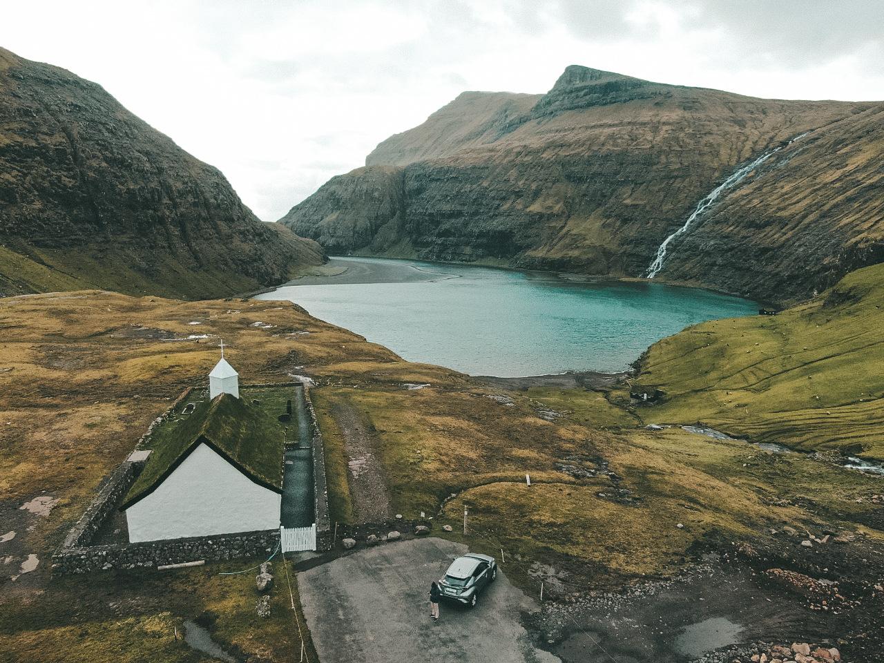Saksun, considerado um dos vilarejos mais bonitos e remotos de Faroe Islands (Foto: Trip To Follow)