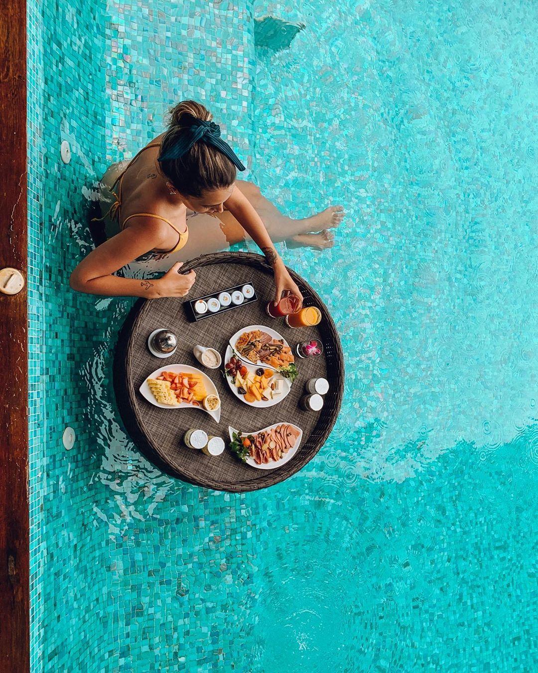 Floating breakfast na piscina da nossa villa no Anantara Kihavah (Foto: Trip To Follow)