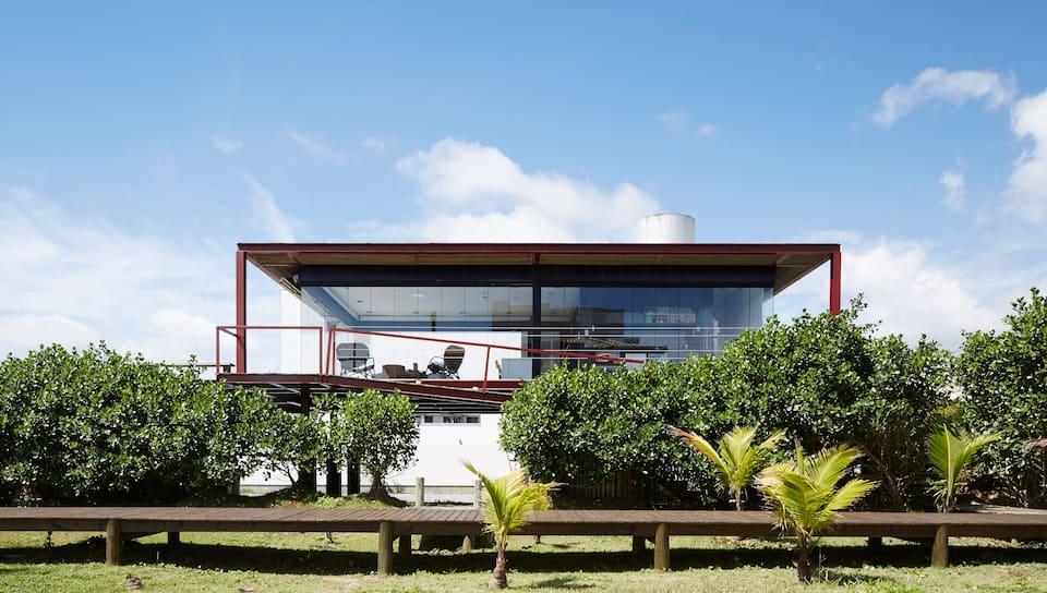 Casa de vidro frente para o mar - Florianópolis, Santa Catarina (Foto: Reprodução Airbnb)